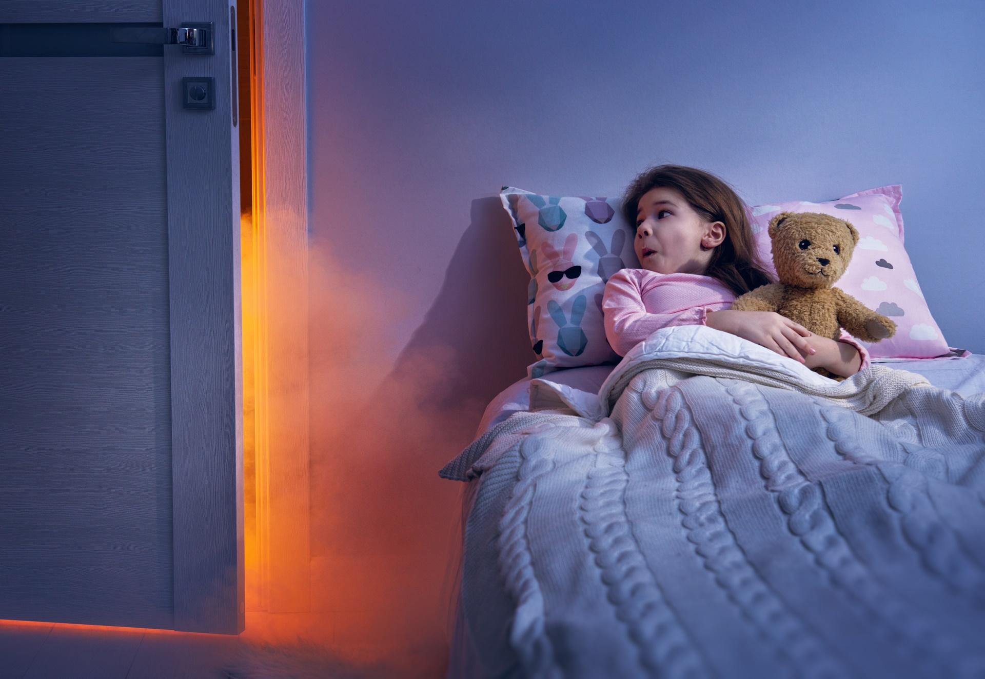 Medo de dormir sozinho é normal na infância?